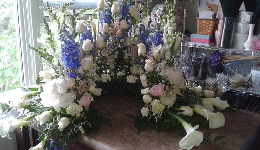 Regency-Wine-and-Flowers-Sudbury-Ontario-custom-urn-floral-arrangement-sympathy-flowers-tasteful-funeral-flower-arrangements