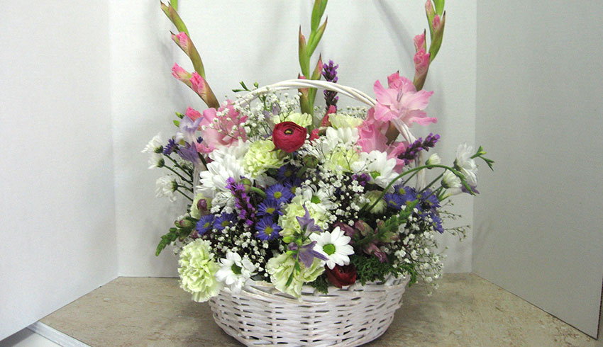 Regency-Wine-and-Flowers-Sudbury-Ontario-simple-funeral-basket-tasteful-floral-arrangement-sympathy-flower-bouquets